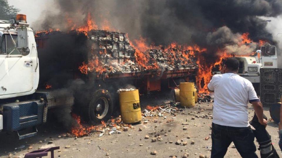 Camiones con ayuda humanitaria incendiados en la frontera entre Venezuela y Colombia