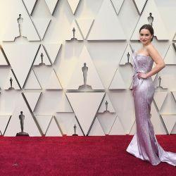 Emilia Clarke de Game of thornes se lució con un vestido metalizado que le calzaba como un guante