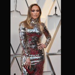 Jennifer Lopez optó por un vestido metalizado de Tom Ford que le marcó su hermosa figura