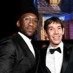 Los directores y el protagonista de Free Solo con su Oscar como mejor documental 2019.