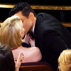 El apasionado beso entre Rami Malek y Lucy Boyton