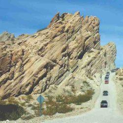 La caravana atraviesa la Quebrada de las Flechas, en el llamado Corte del Cañón.