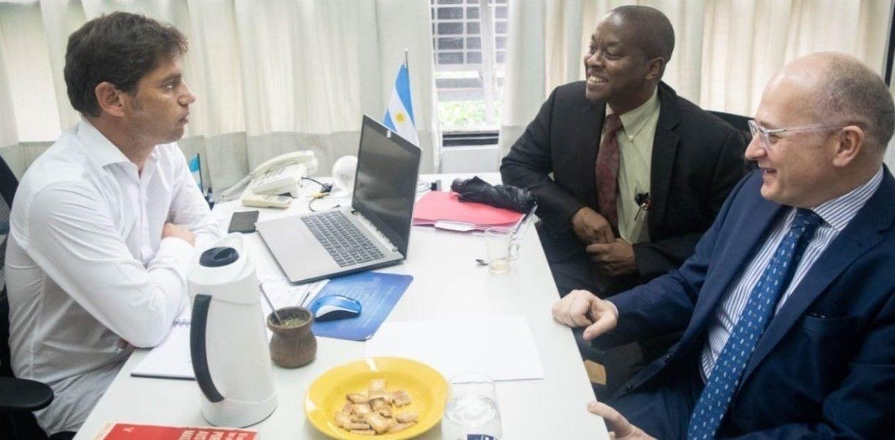 Kicillof llevó el libro de Stuckler a su reunión con el FMI.