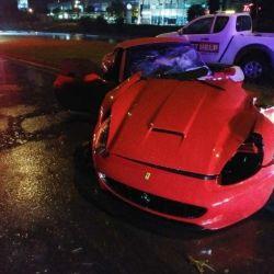 Así quedó el Ferrari California, destrozado por la mitad