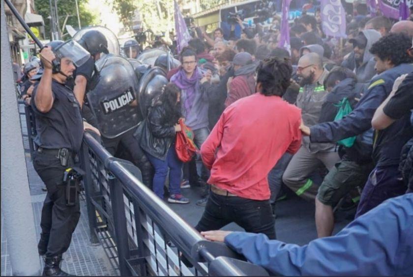 La policía reprimió a trabajadores de Coca Cola