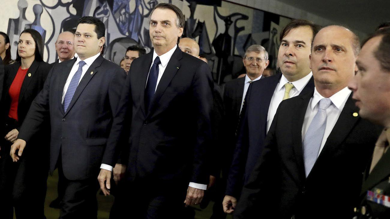 Caras y Caretas. El mandatario junto a Rodrigo Maia, titular del Congreso, que jugará un papel clave para que la reforma se apruebe. Su máscara es popular en el carnaval.