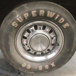 El auto aún cuenta con sus neumáticos originales, que deberán ser reemplazados