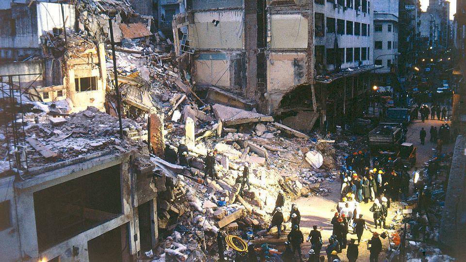 La explosión dejóun cráter de dos metros en el lugar y se pudo escuchar a varios kilómetros de la sede violentada.