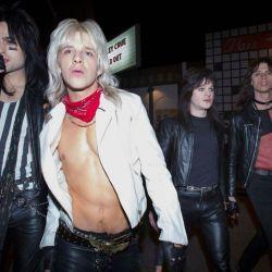 El auge y los excesos de Mötley Crüe llevados al cine.