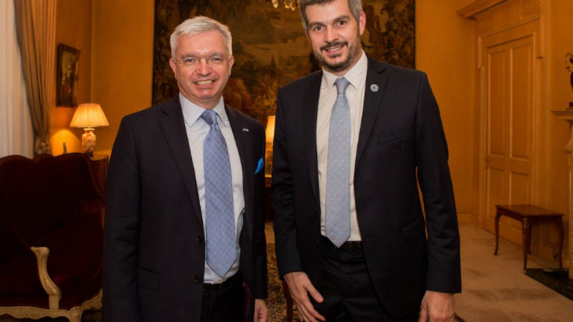 Britain's trade envoy to Argentina Mark Menzies (left) and Cabinet Chief Marcos Peña.