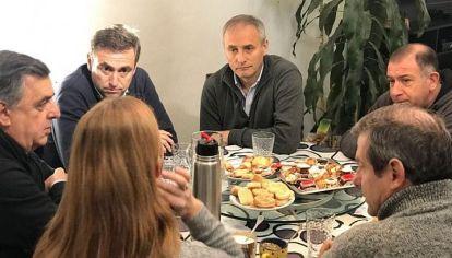 OBLIGADOS. La única foto entre los integrantes de Cambiemos Córdoba fue por orden expresa de Macri.