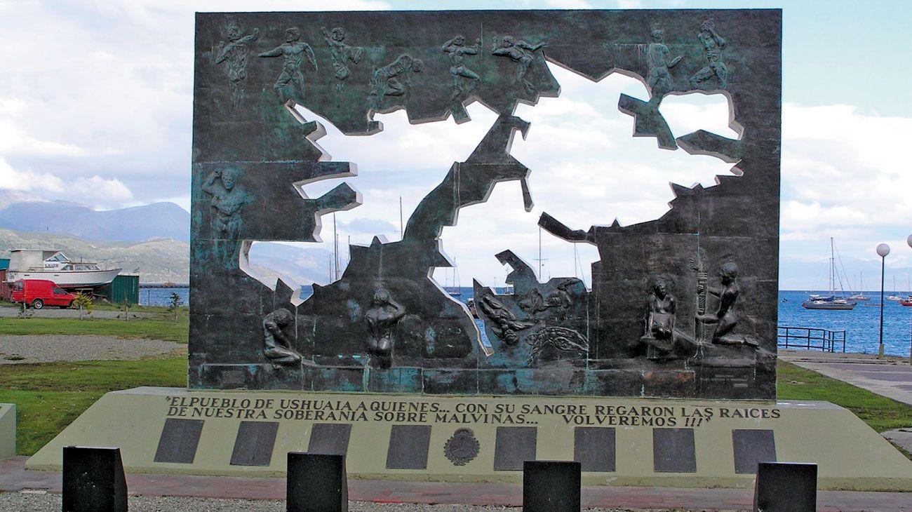 Homenaje. El monumento de Ushuaia, desde donde llegó la propuesta.