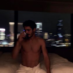 El actor posó semidesnudo para su novia.