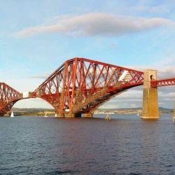 Con sus 2,5 kilómetros de extensión, es el puente más largo en el mundo en su género.
