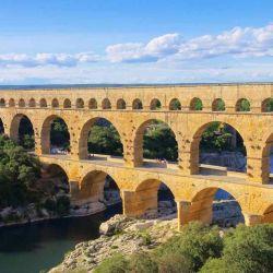 Sus arcos se elevan sobre las aguas del río Gard, en el que los visitantes pueden realizar paseos en kayak o canoa.