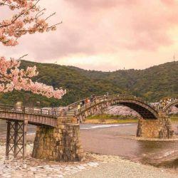 Fue construido en 1673 a los pies del monte Yokoyama y está conformado por cinco arcos de madera soportados por pilares de piedra.