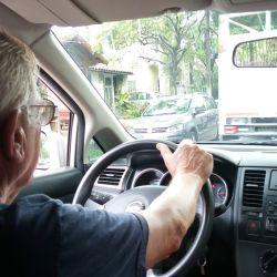 Cada vez son más los adultos mayores al volante.