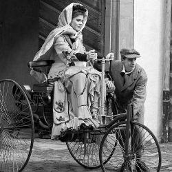 Representación de aquel viaje de Bertha Benz junto a sus hijos