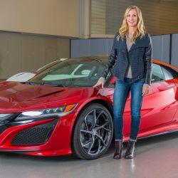 Michelle Christensen junto a su creación, la 2da generación del Honda NSX
