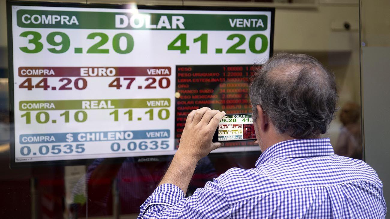 AL RITMO DE LAS PIZARRAS. El tipo de cambio aumentó casi 9% en tres días, cuatro veces más de lo que se movió en Brasil.