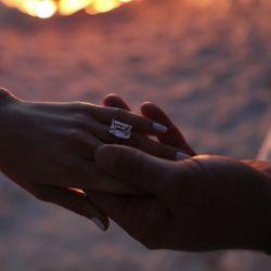 La pareja se comprometió después de dos años.