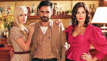 De época. Gonzalo Heredia, Eugenia Suárez y Andrea Frigerio posan en el burdel creado para la ficción de El Trece.