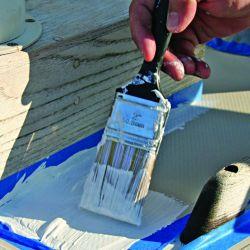 La importancia de poner a punto los antideslizantes de la cubierta de un barco o una lancha.