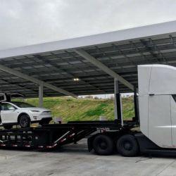 Un Tesla Semi transportando un Model X