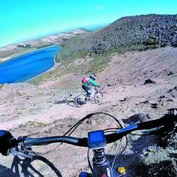 En bici por la ladera del volcán Batea Mahuida, en las cercanía de Villa Pehuenia, Neuquén.