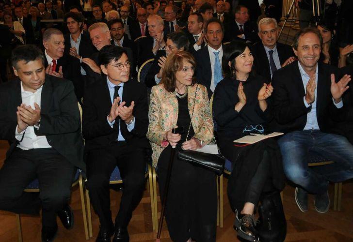 Sergio Abrevaya, Jorge Fontevecchia, Magdalena Ruiz Guiñazú, María O'Donnell, Ernesto Tenembaum y demás invitados en el acto. Legislatura porteña.