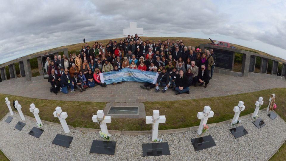 Durante el homenaje, y con el permiso del gobierno británico en Malvinas, la delegación desplegó una bandera argentina por primera vez desde que terminó el conflicto bélico.