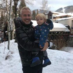 Marley y Mirko se divierten en la nieve.