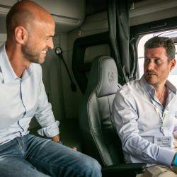 Guillermo Dietrich, Ministro de Transporte de la Nación, junto a Andrés Leonard, director general de Scania Argentina.
