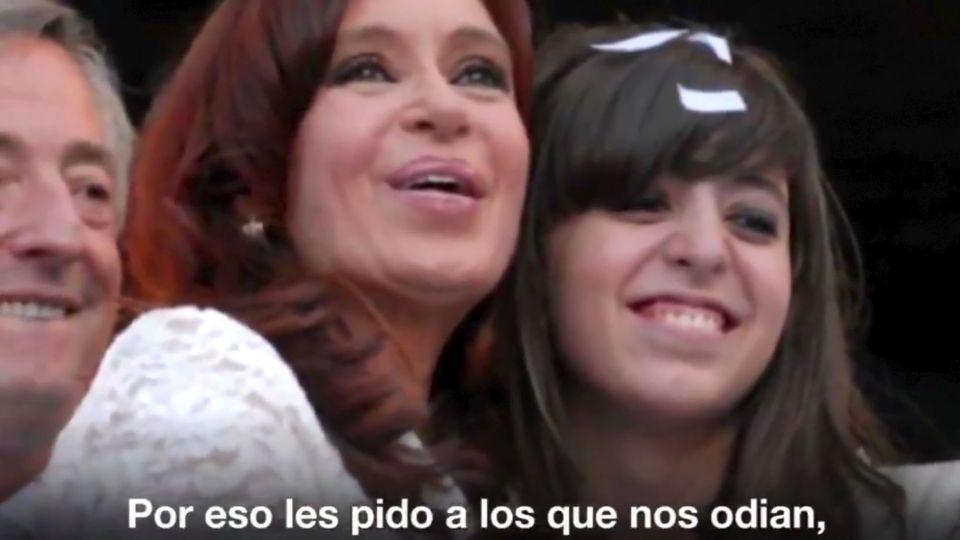 La expresidenta Cristina Fernández de Kirchner publicó en su cuenta en Twitter un video donde explica el estado de salud de su hija Florencia Kirchner.