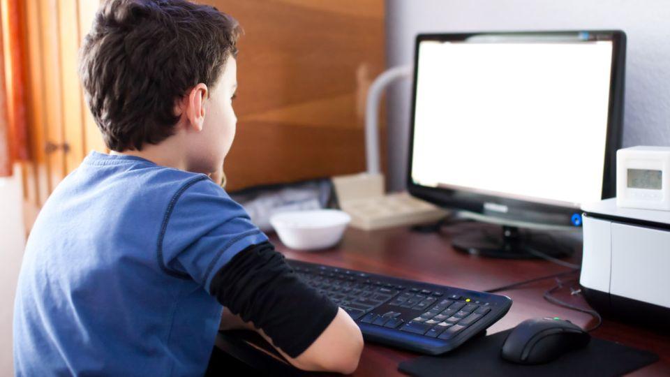 20190315 niño frente a computadora