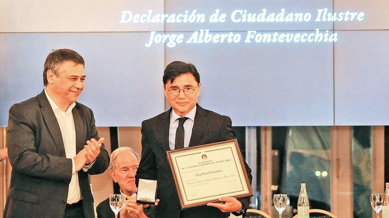 Reconocimiento. Fontevecchia con la medalla y diploma que lo acreditan como Ciudadano Ilustre, junto a Sergio Abrevaya.