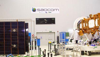 Desarrollo. Vista de la plataforma satelital construida por Invap y los paneles solares integrados por la Comisión Nacional de Energía Atómica. Junto con la antena radar SAR, darán forma al nuevo satélite argentino.