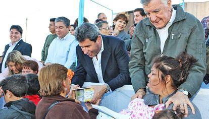 San Juan. Ayuda distribuida por el entonces vicegobernador Sergio Añac y el gobernador José Luis Gioja. No ayuda mucho a ganar voluntades.