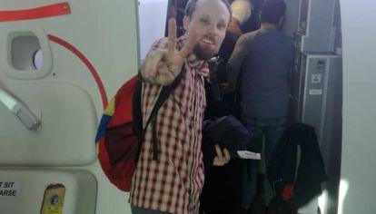 El periodista Billy Six saliendo de Venezuela.