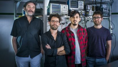 Juan Pablo Paz, Christian Schmiegelow, Nicolás Nuñez Barreto y Martín Drechsler en el Laboratorio de Iones y Átomos Fríos.