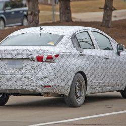 """Fotos """"espía"""" tomadas en una prueba del nuevo Nissan Versa, camuflado, en Estados Unidos"""