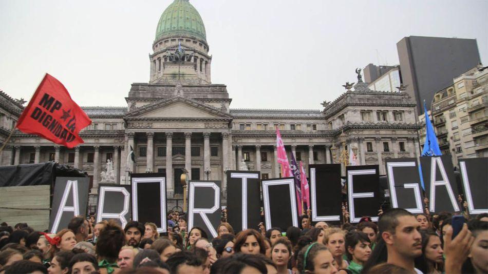 Marcha a favor de la legalización del aborto frente al Congreso