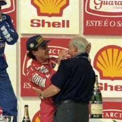 Fangio felicitando a Senna tras el triunfo en el Gran Premio de Brasil 1993. Fue la última vez que Ayrton subió al podio como local.