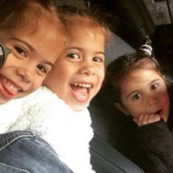 Matías Defederico junto a sus hijas, Bella, Charis y Francesca.