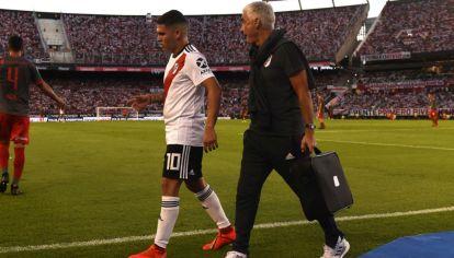 Juanfer Quintero se retira lesionado.