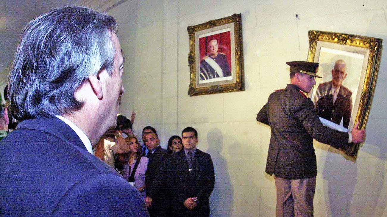 """Marzo de 2004. Fue escenario de dos momentos fundantes: el acto de la """"recuperación de la ESMA"""" y el retiro de los cuadros de los presidentes golpistas del Colegio Militar de la Nación (foto)."""