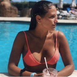 Barbie Vélez combatió las críticas en bikini