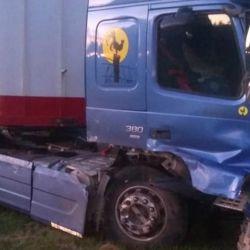 Así quedó el camión Volvo tras el choque con la pick-up S10 en Carmen de Areco. Crédito: Así quedó la pick-up que chocó contra un camión en Carmen de Areco. Foto: Ministerio de Seguridad de la Provincia de Buenos Aires.