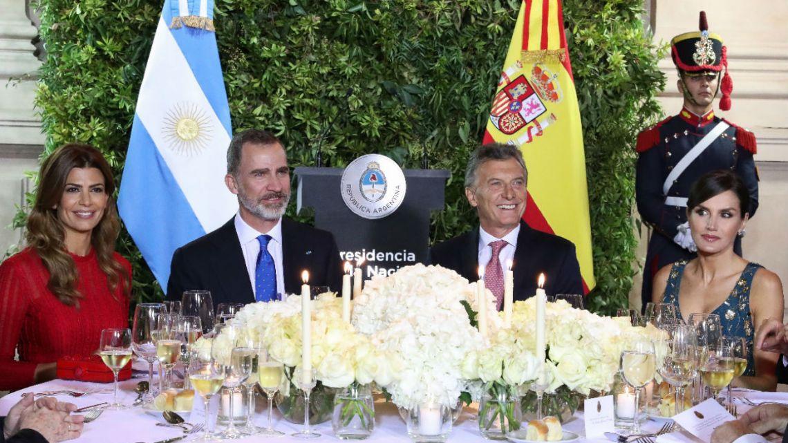 Los Reyes de España junto a Macri y Juliana Awada