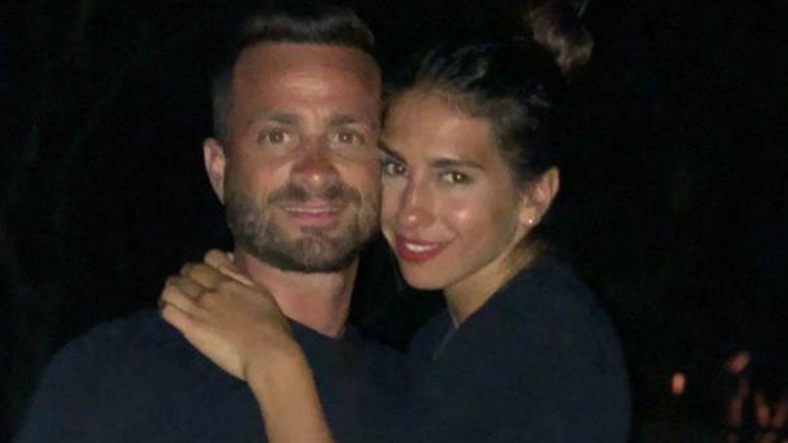 La polémica foto del novio de Cinthia Fernández en la cama... ¡con las nenas al lado!